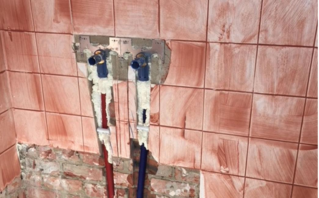 Badkamerrenovatie. Zowel de vloer als wandtegels werden vernieuwd. Dit geldt ook voor de elektriciteit, sanitaire leidingen en afvoerbuizen (2/5)