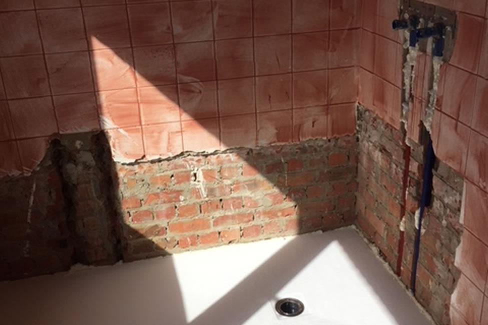 Badkamerrenovatie. Zowel de vloer als wandtegels werden vernieuwd. Dit geldt ook voor de elektriciteit, sanitaire leidingen en afvoerbuizen (3/5)