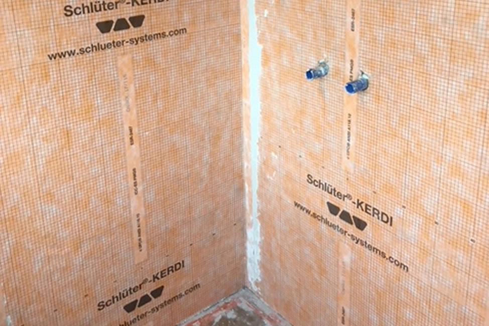 Badkamerrenovatie. Zowel de vloer als wandtegels werden vernieuwd. Dit geldt ook voor de elektriciteit, sanitaire leidingen en afvoerbuizen (4/5)