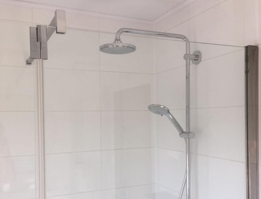 Badkamerrenovatie. Zowel de vloer als wandtegels werden vernieuwd. Dit geldt ook voor de elektriciteit, sanitaire leidingen en afvoerbuizen (5/5)