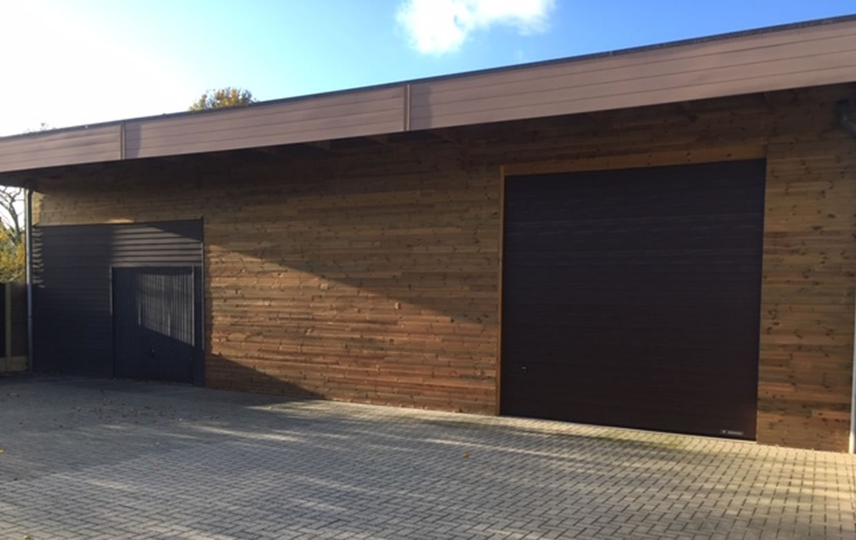 Bekleden van gevel magazijn in houtstructuur