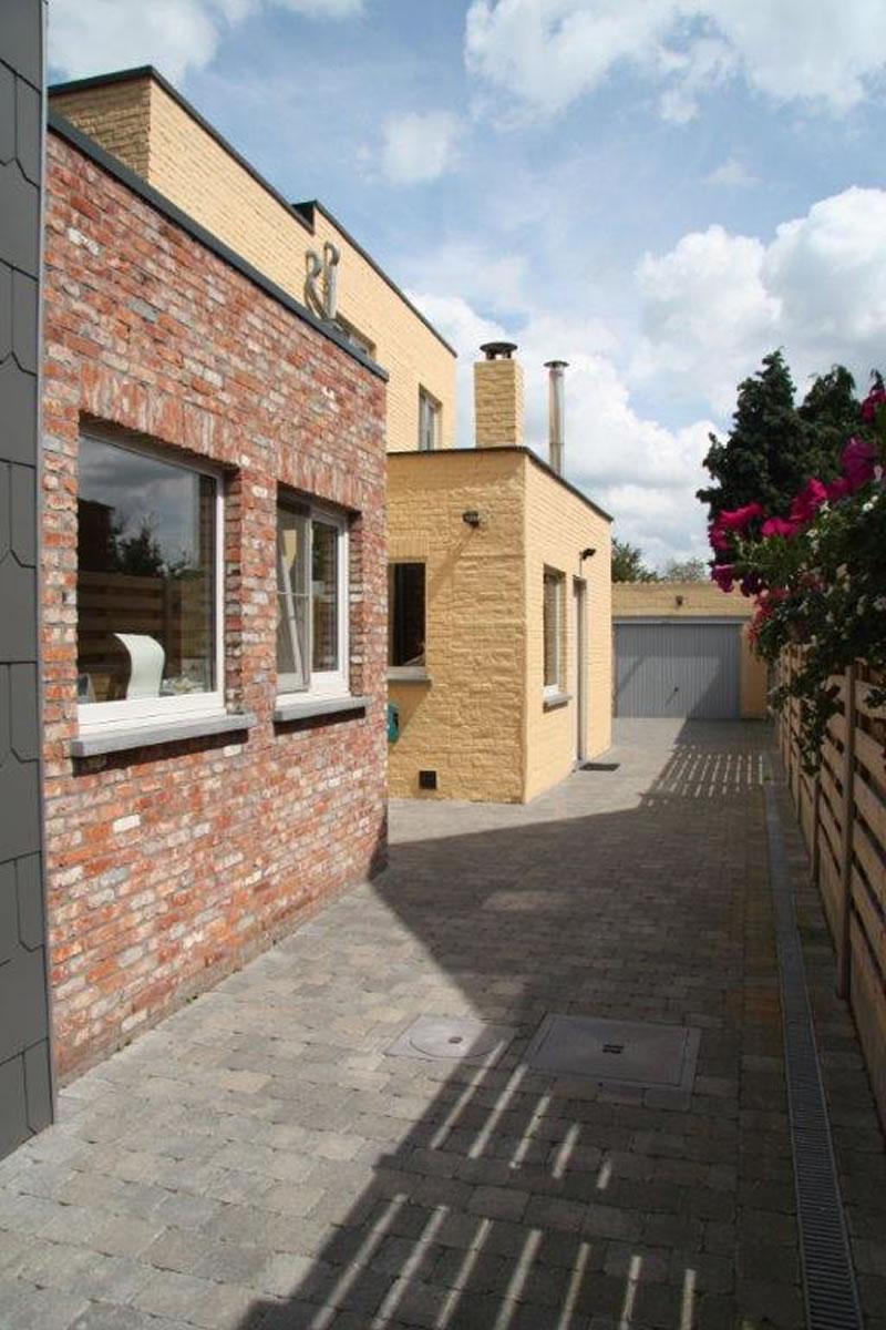 Nieuwe aanbouw totale renovatie en plaatsen van oprit en terras in klinkers